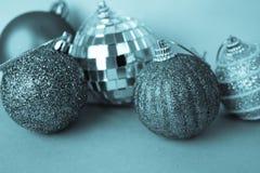 Många bollar för jul för xmas för olik mångfärgad skinande jul dekorativa härliga festliga, julgranleksakerbakgrund arkivbilder