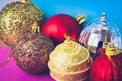 Många bollar för jul för xmas för olik mångfärgad skinande jul dekorativa härliga festliga, julgranleksakerbakgrund arkivbild