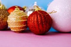 Många bollar för jul för xmas för olik mångfärgad skinande jul dekorativa härliga festliga, julgranleksakerbakgrund royaltyfri bild