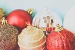 Många bollar för jul för xmas för olik mångfärgad skinande jul dekorativa härliga festliga, julgranleksakerbakgrund royaltyfri foto