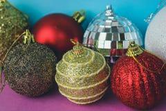 Många bollar för jul för xmas för olik mångfärgad skinande jul dekorativa härliga festliga, julgranleksakerbakgrund royaltyfria bilder