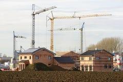 Många bostads- hus i byggnadskonstruktion Arkivfoton