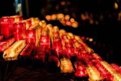 Många brännande färgglade stearinljus royaltyfria bilder
