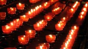 Många brännande stearinljus i kristen kyrka lager videofilmer