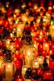 Många brännande stearinljus i kyrkogården på natten på tillfälleminnet av det avlidet souls royaltyfri fotografi