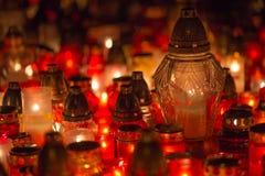 Många brännande stearinljus i kyrkogården på natten på tillfälleminnet av det avlidet souls royaltyfria foton