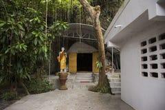 Många buddha och gud och ängel och enslingstaty i grotta på Wat Khao Orr royaltyfria bilder