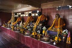 Många buddha och gud och ängel och enslingstaty i grotta på Wat Khao Orr arkivfoto