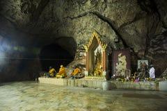 Många buddha och gud och ängel och enslingstaty i grotta på Wat Khao Orr royaltyfri foto