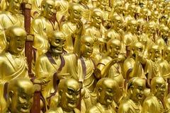 Många buddistiska gudstatyer i den forntida longhuatemplet veven för byggnadsporslinkonstruktion avslutade moderna nya kontorssha Royaltyfria Bilder