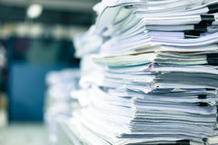 Många buntar av papper som förläggas i kontoret Royaltyfri Fotografi