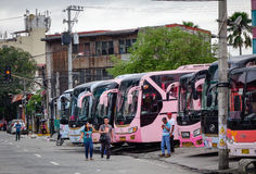 Många bussar som parkerar på stationen i Manila, Filippinerna arkivfoto