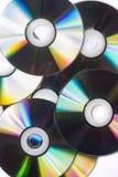 Många CD som isoleras på den vita bakgrunden Arkivbild