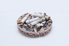 Många cigarettcigaretter i ett askfat Arkivbilder