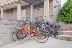 Många cykel som parkeras på cykelparkeringsplats royaltyfri fotografi