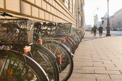 Många cyklar i rad på gatan i Munich, Tyskland, Europa Cykla att parkera Miljövänligt och sunt royaltyfria foton