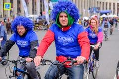 Många cyklister deltar i cykel ståtar runt om stadsmitten Arkivbild