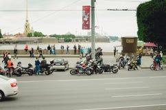 Många cyklister möter på gatan i St Petersburg och förbereder sig för turen royaltyfri fotografi