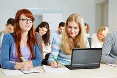 Deltagare som studerar i universitetar Arkivfoton