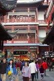 Många diversehandel och boutique i Nanshi den gamla staden i Shanghai, Kina Arkivbild