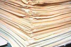 Många dokument som väntar för att lösas Arkivfoton