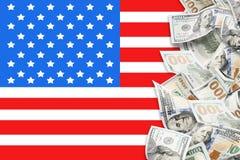 Många dollar och amerikanska flaggan royaltyfri bild