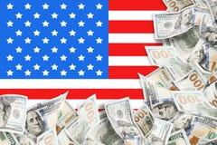 Många dollar och amerikanska flagganbakgrund royaltyfri foto