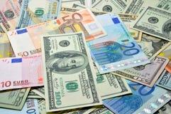 Många dollar och euro arkivbild