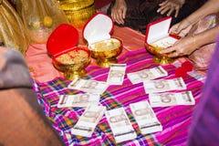 Många en miljard bad- och guldhalsband Royaltyfria Bilder