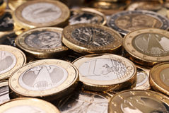 Många euromynt Arkivfoto