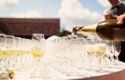 Många exponeringsglas av champagne på brölloptabellen Arkivbild