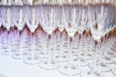 Många exponeringsglas av champagne på en tabell Arkivbild