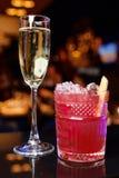 Många exponeringsglas av champagne på en tabell Arkivfoton