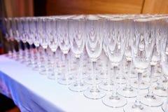 Många exponeringsglas av champagne på en tabell Royaltyfria Bilder