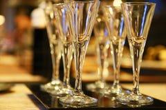 Många exponeringsglas av exponeringsglas på den äta middag tabellen Royaltyfri Fotografi