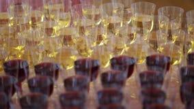 Många exponeringsglas med nära övre för vit och för rött vin stock video