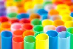 Många färgar coctailsugrör Arkivbild