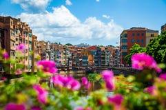 Många färger av Girona på en härlig solig dag royaltyfri bild