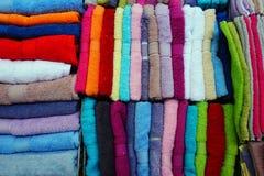 Många färgglade handdukar Arkivbild