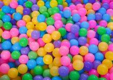 Många färgplast-bollar arkivbild