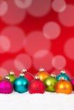 Många färgrik jul klumpa ihop sig bakgrundsgarnering med snö Royaltyfri Fotografi