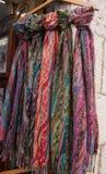 Många färgrik sjalett som hängs som souvenir Arkivbild