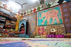 Många färgrik textilvaror i det populära asiatiska lagret Arkivfoto