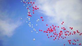 Många färgrika ballonger som flyger i luften Beröm, lycklig ferie och födelsedagbegrepp Mycket vitt och rött arkivfilmer