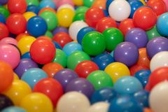 Många färgrika bollar royaltyfri foto