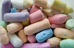 Många färgrika chalks för att dra fotografering för bildbyråer