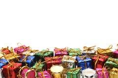 Många färgrika gåvaaskar med guld- band på vit bakgrund Arkivfoton