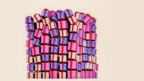 Många färgrika gåvaaskar på en hög royaltyfria bilder