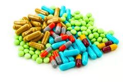 Många färgrika mediciner på vit bakgrund Arkivfoto