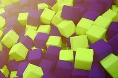 Många färgrika mjuka kvarter i en kids& x27; ballpit på en lekplats Arkivbild